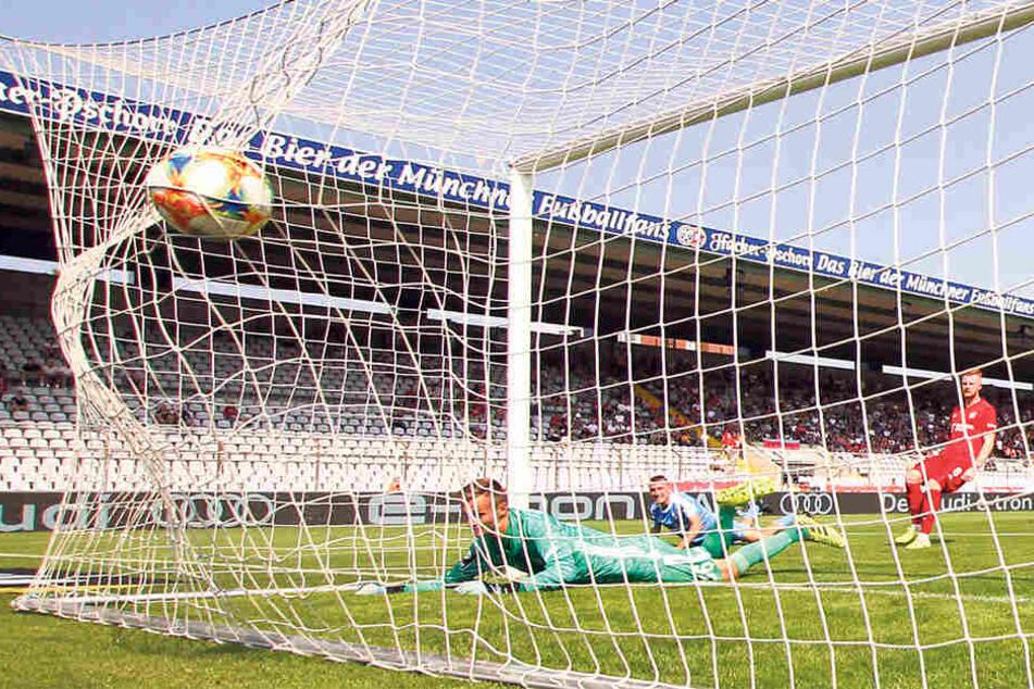 Mit diesem wuchtigen Kopfball brachte Daniel Bohl (M.) den CFC in Müchen in Führung. Bayern-Torhüter Christian Früchtl hatte keine Chance.