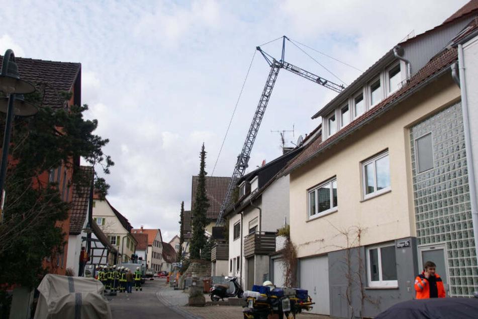 Schrecksekunde: Kran stürzt plötzlich in Wohnhaus