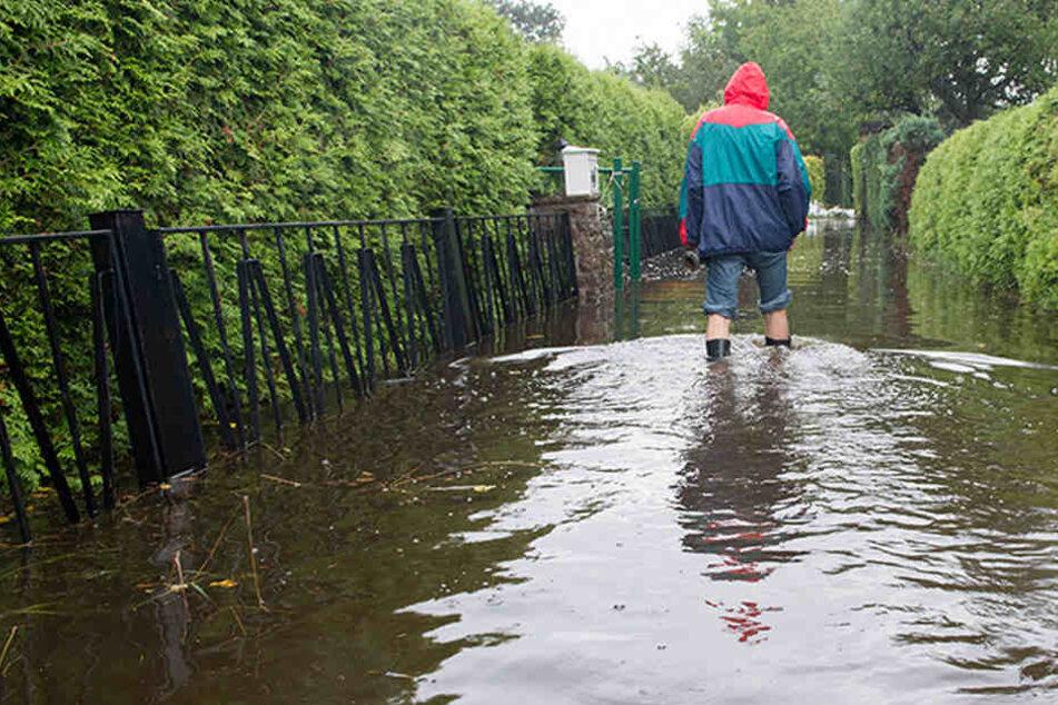 Von Behörden im Stich gelassen: THW muss Wohnsiedlung vor Sintflut retten