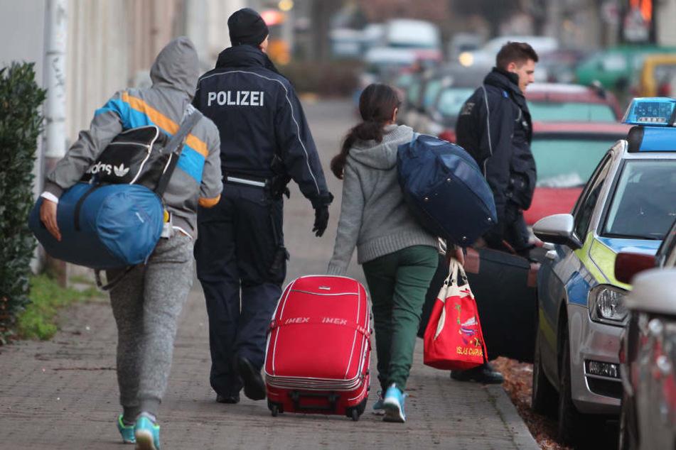 Oft können Polizisten die Menschen nicht in ihren Wohnungen antreffen. (Symbolbild)