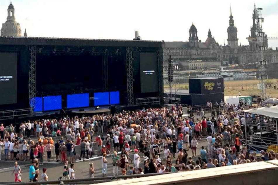 Nicht gerade langsam füllte sich die Fläche vor der Bühne.