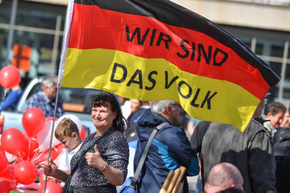 Demonstranten protestieren gegen Zuwanderung und die Asyl-Politik der Bundesregierung.