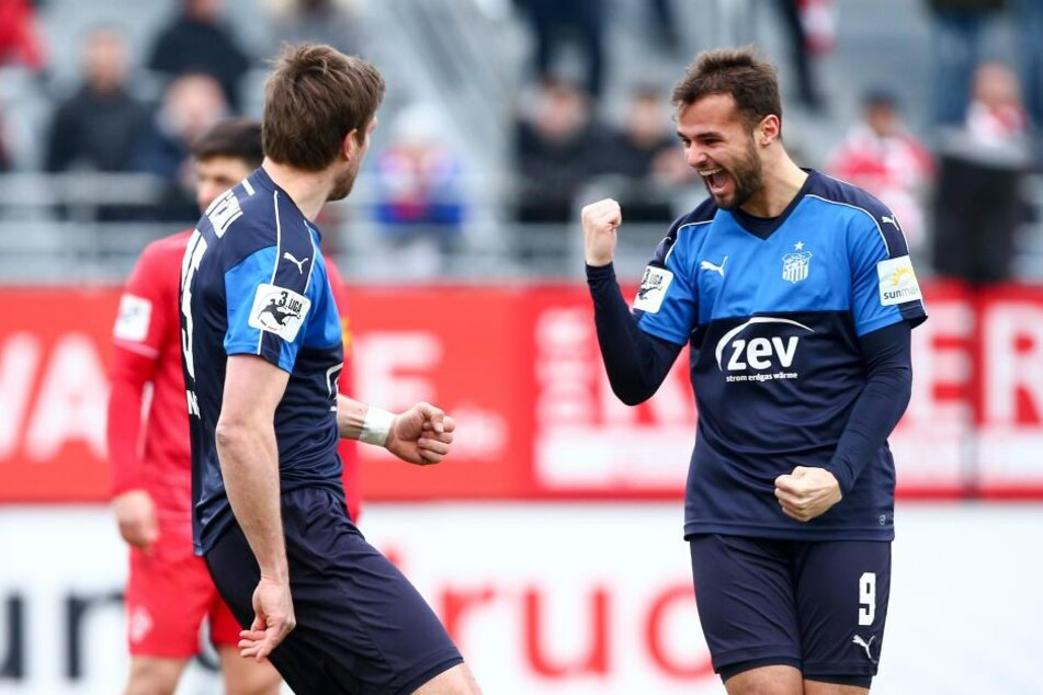 Fabian Eisele freut sich über das Tor von seinem Sturmkollegen Ronny König.