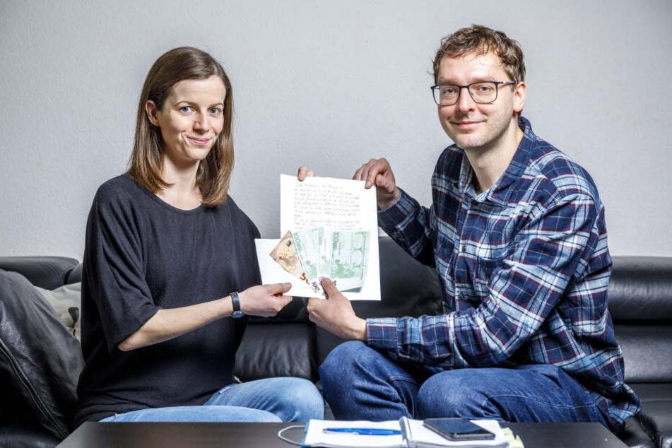 TAG24-Reporter Hermann Tydecks (35) übergab Mutter Marie Lorentschk (34) die letzten Spendengelder.