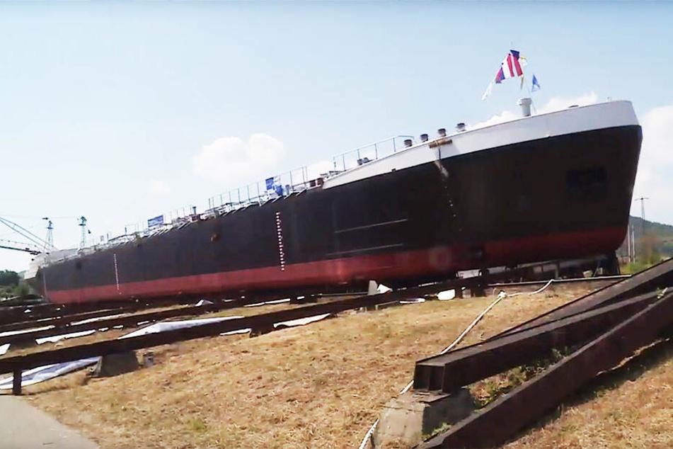 Bald schippert das Riesentankschiff durch Dresden.