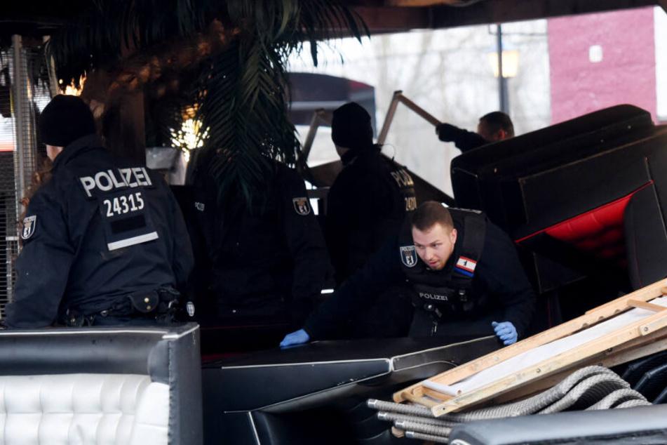 Polizisten durchsuchen Sperrmüll bei einer Razzia in Berlin-Spandau.