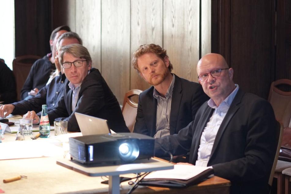 Bernd Gregorzyk (62, v.l.), Michael Stötzer (45) und Stefan Tschök (61) stellten am Dienstag das Bauprojekt, samt Umleitungen für Autos und Busse, vor.