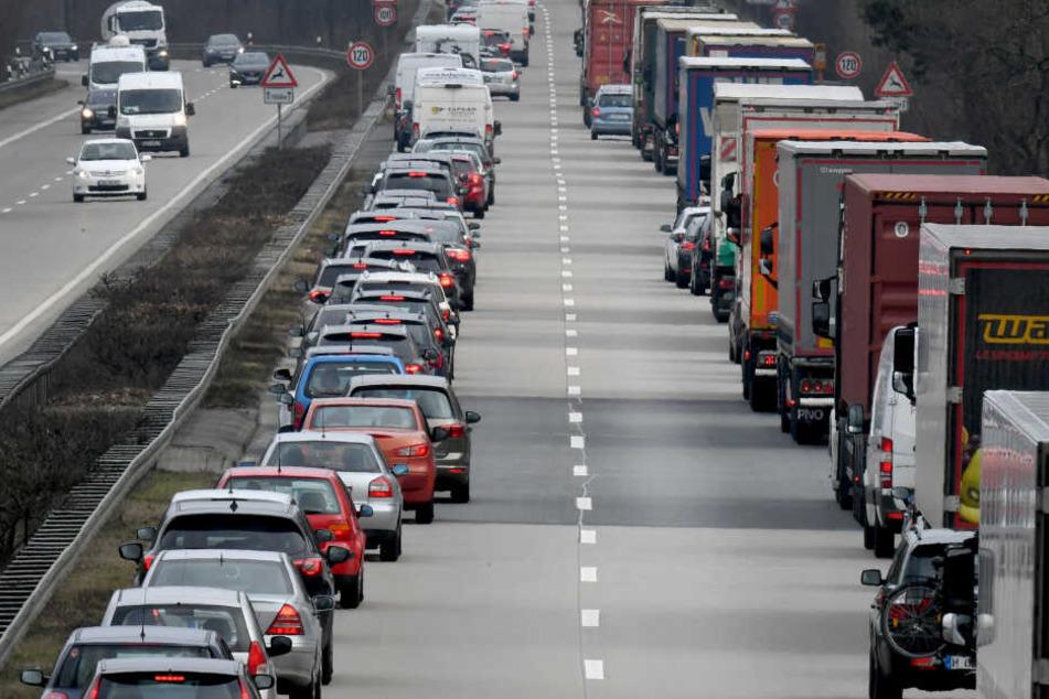 Fahrer von Pkw und Lastwagen bilden auf der Autobahn eine Rettungsgasse.