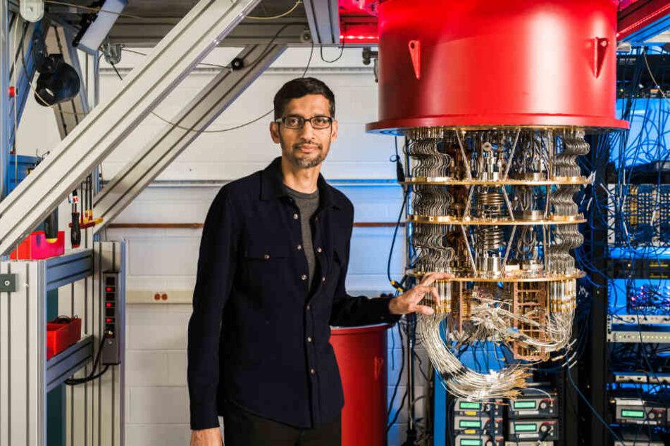 Sundar Pichai, Vorstandsvorsitzender von Google, steht im Labor in Santa Barbara neben einem der Quantencomputer von Google.