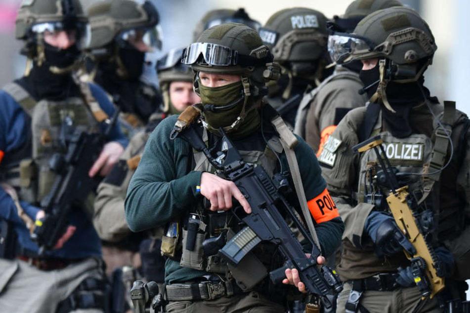 Ein Spezialeinsatzkommando musste den Mann aus seiner Wohnung holen. (Symbolbild)