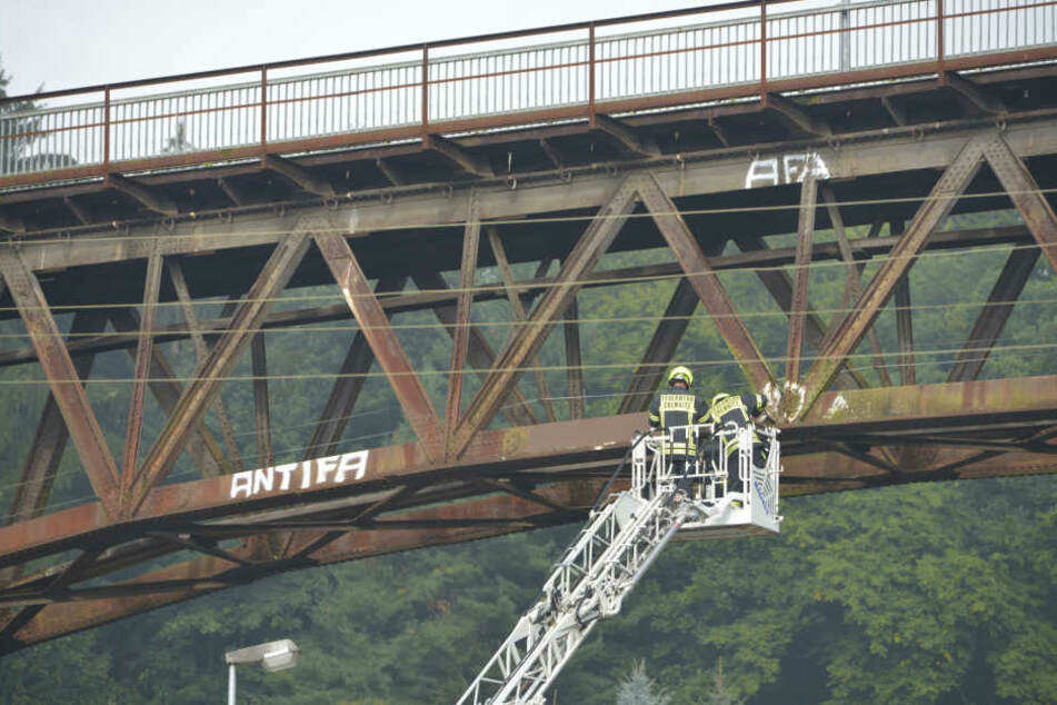Im Rahmen einer Einsatzübung entfernte die Feuerwehr vor einem Jahr Schmierereien von der Brücke.