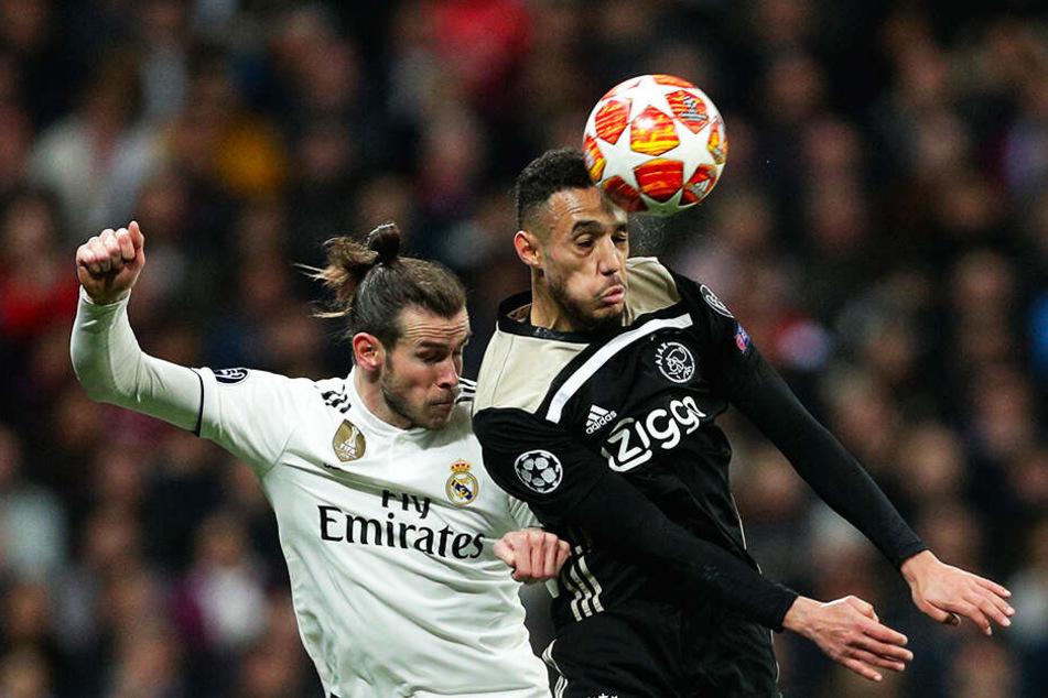 Ajax obenauf: Noussair Mazraoui (r.) gewinnt das Kopfballduell mit Reals Gareth Bale.