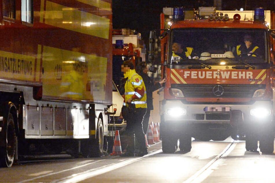 Die Feuerwehr musste nach dem Crash aufwendige Säuberungsarbeiten durchführen (Symbolbild).