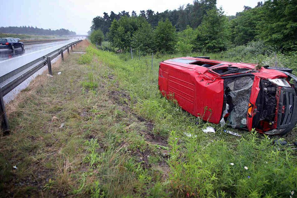 Beifahrerin schwer verletzt: Auto schleudert von A33 über Leitplanke