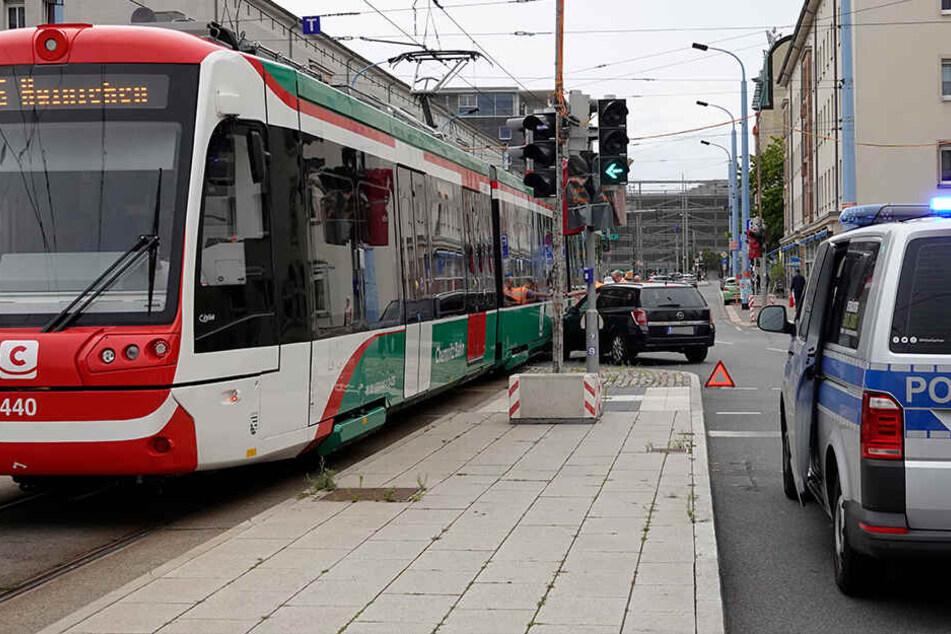 Opel kracht mit Citybahn im Chemnitzer Zentrum zusammen