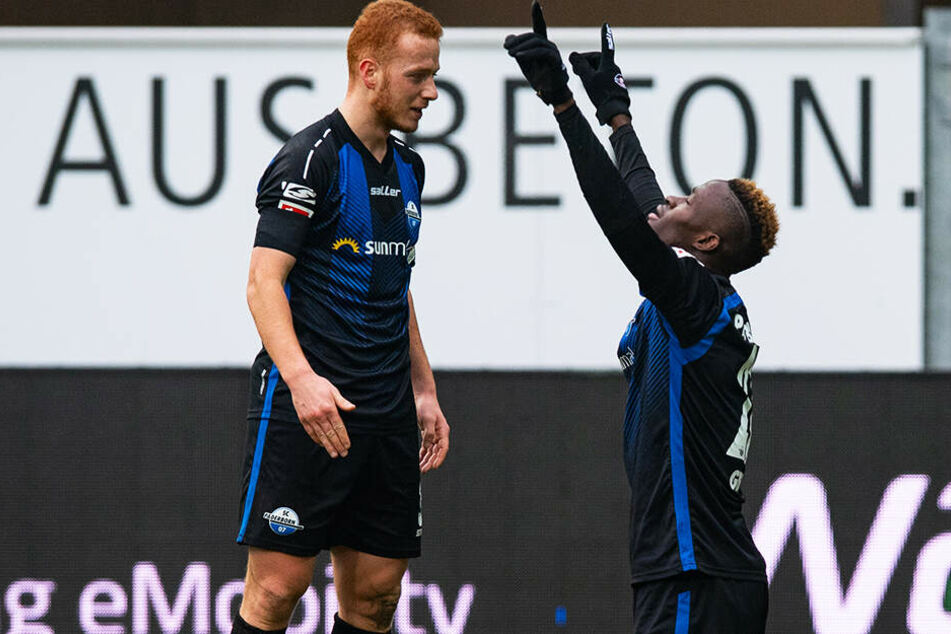Paderborns Babacar Gueye (r.) und Teamkollege Sebastian Vasiliadis rocken mit ihrer Mannschaft die 2. Liga.