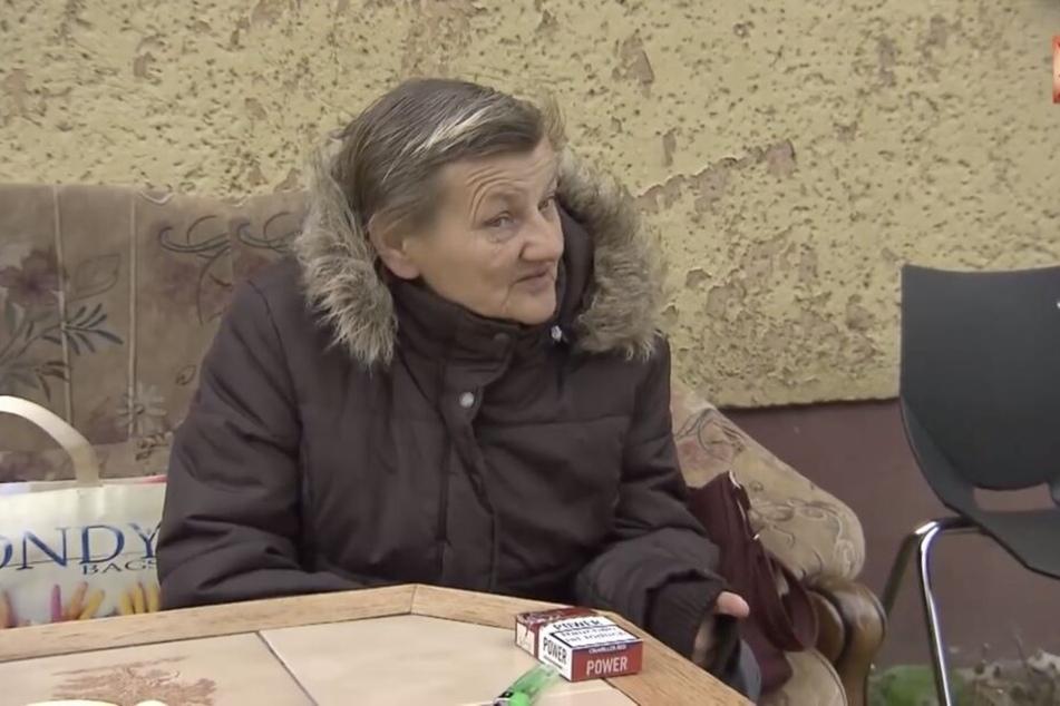 Karin Ritter (65) sitzt auf Möbeln vor der Obdachlosenunterkunft in der Augustenstraße. Dort darf sie nur von 18 bis 8 Uhr rein.