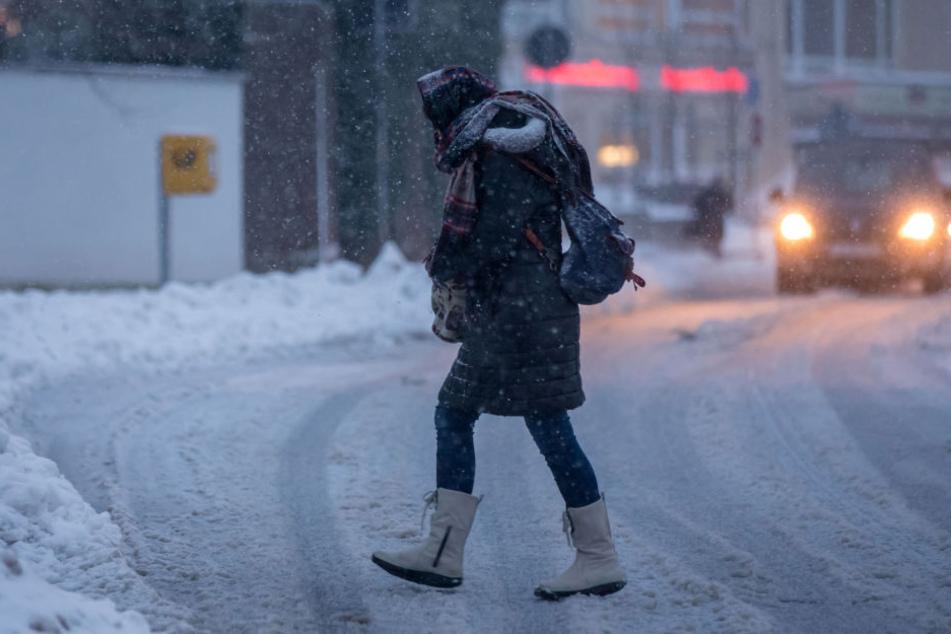 In Ilmenau trauten sich Fußgänger am Freitag nur dick eingepackt auf die Straße.