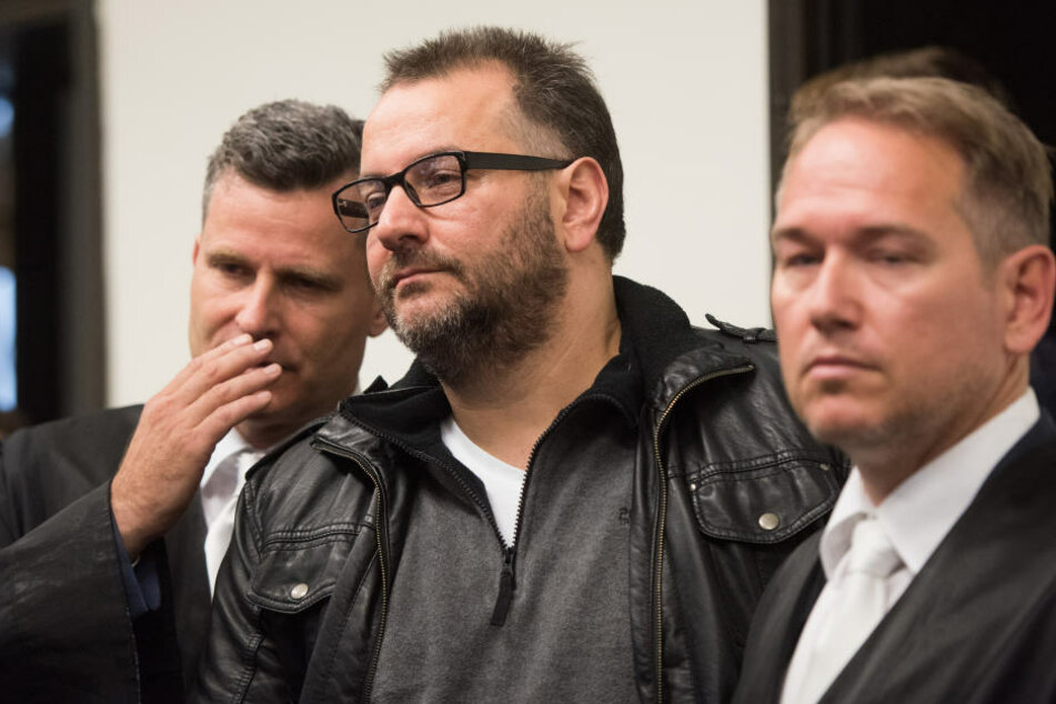 Rechtsanwalt Detlev Binder (links) sieht Wilfried W. (Mitte) als kindlichen Träumer.
