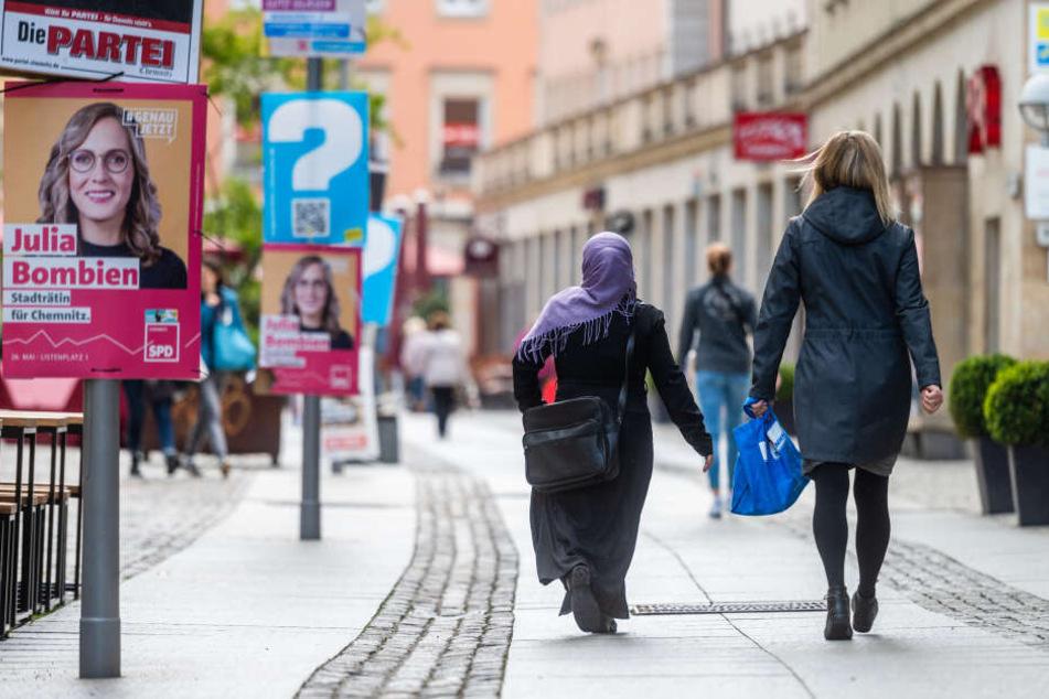 Eine Kopftuch tragende Frau laeuft am 14.5.2019 die Innere Klosterstrasse in Chemnitz entlang.