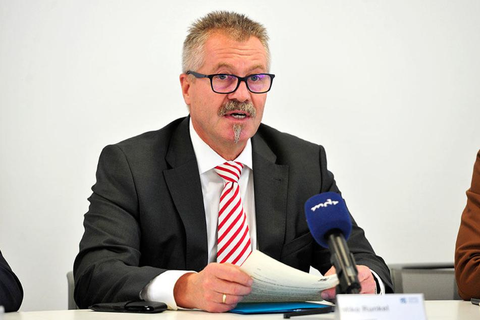 Eine nicht genehmigte Plakatierung bleibt ohne Folgen, räumt Bürgermeister Miko Runkel (58, parteilos) in einer Ratsanfrage ein.