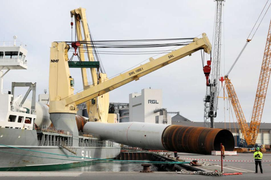 Das 800 Tonnen schwere Stahlrohr krachte auf das Hafenpier.