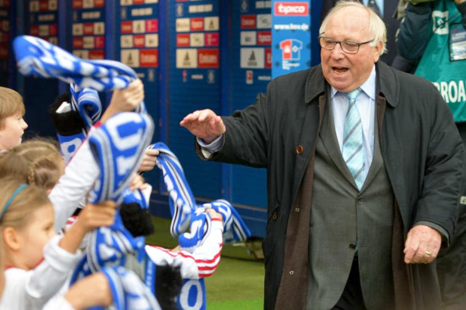 Uwe Seeler sorgt auch bei den jüngsten Anhängern für Jubelstürme.