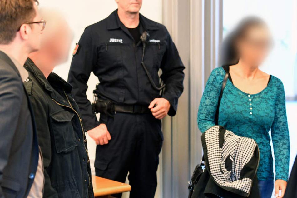 Die angeklagte Polizistin Melanie B. (r) im Gericht. Die 45-Jährige soll einem Red-Devils-Rocker (2.v.l) Informationen gegeben haben.