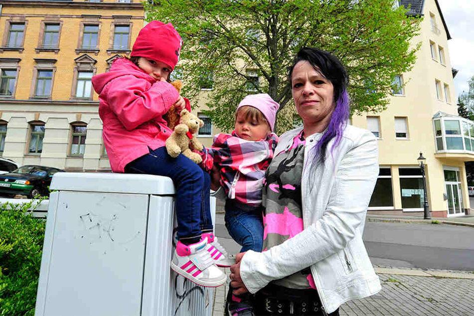 Waren von einem Tag auf den anderen obdachlos: Denise Didenko (41) und ihre beiden Töchter Chérie (3, l.) und Pauline (2).