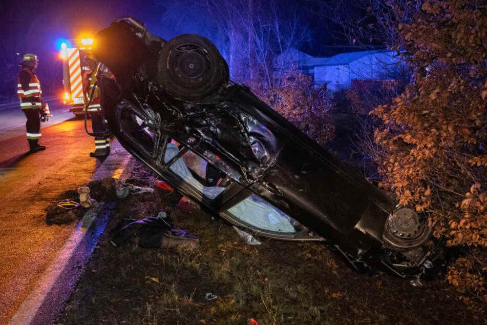 BMW überschlägt sich und landet auf Dach, Fahrerin hat Schutzengel