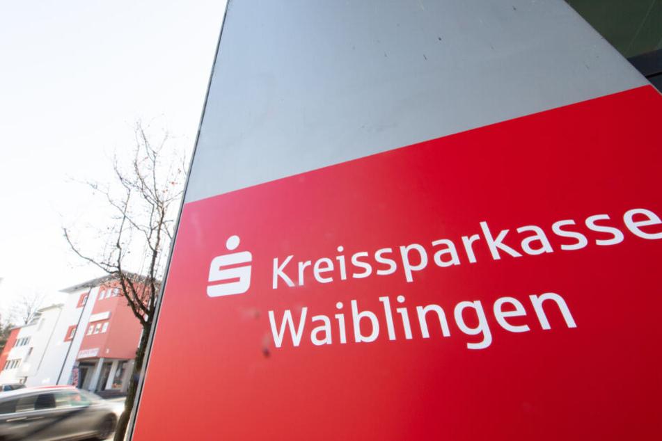 Das Logo der Sparkasse Waiblingen hängt vor einer Filiale.