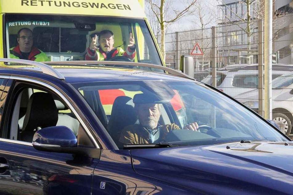 Beim Ausparken nimmt der ehemalige HNO-Arzt Henrik Oswald (Horst Janson) einem Krankenwagen mit Blaulicht die Vorfahrt.
