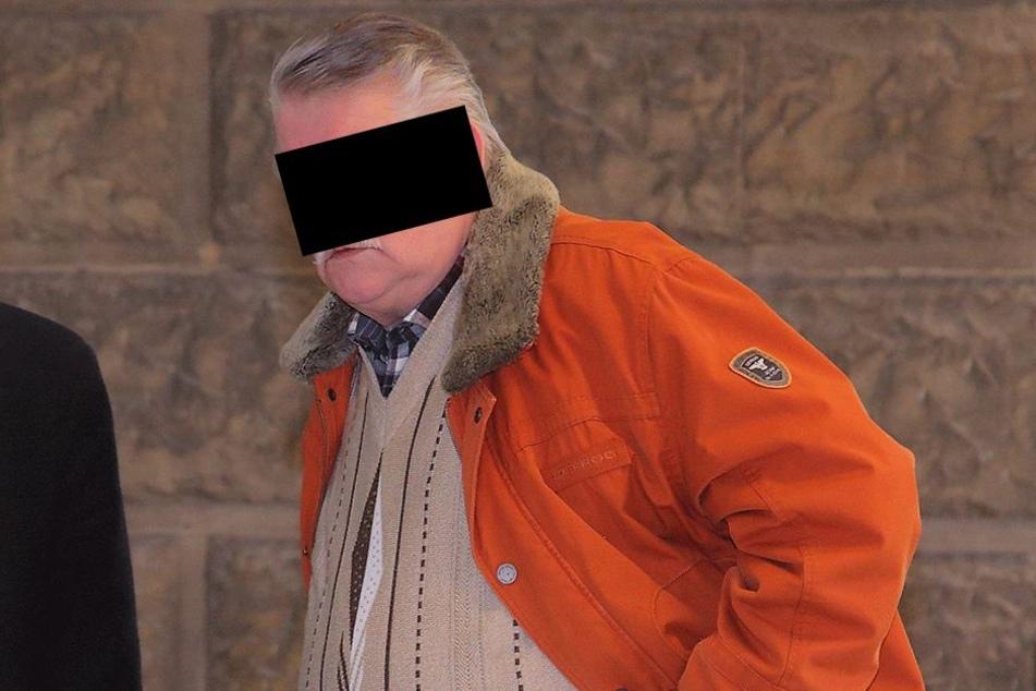 Wolfgang Z. (76) hat 2016 seine Exfreundin vermöbelt. Dafür musste er Montag auf die Anklagebank im Dresdner Amtsgericht.