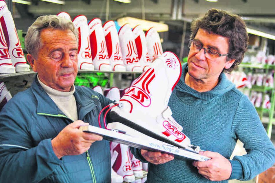 Volkmar Rass (81, l.) und sein Sohn Tom (57), aktueller Firmeninhaber, zeigen den Prototypen einer neuen Skibindung.