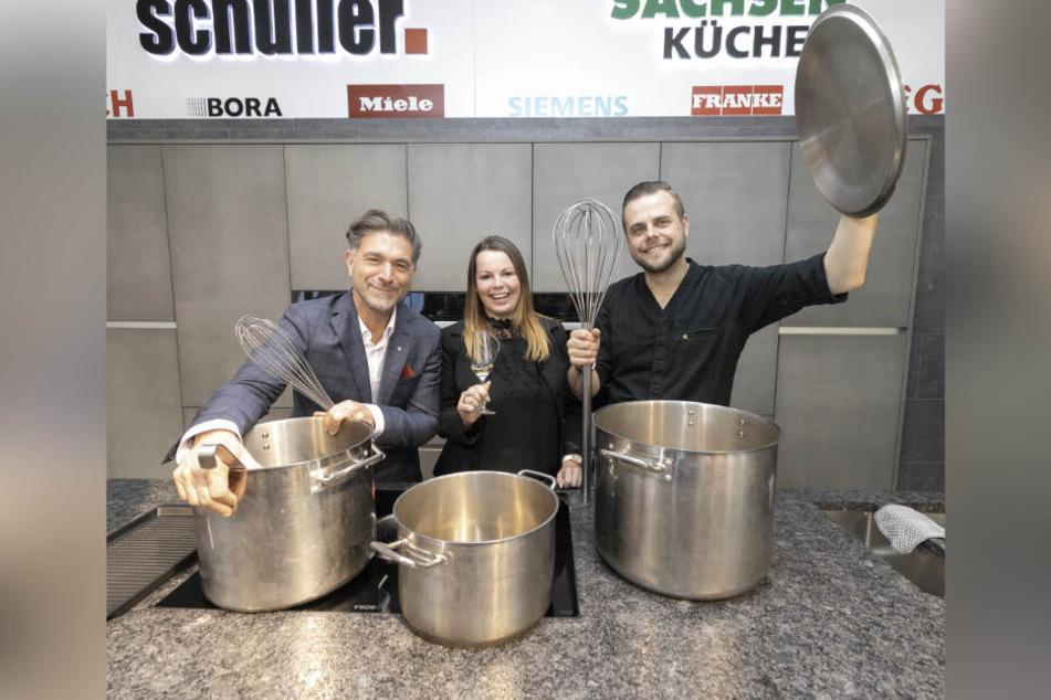 """Kochsternstunden-Erfinder Clemens Lutz (49, l.) konnte 2019 Nicole Hieke (""""finesse"""") zur besten Servicekraft und Chefkoch Marcel Kube (""""Villa Sorgenfrei"""") zum besten Menü gratulieren."""