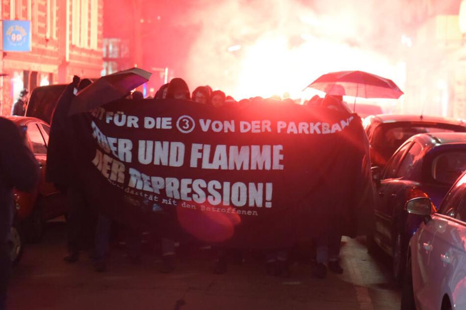 Die Demonstranten zündeten während ihres Marsches auch Pyrotechnik.