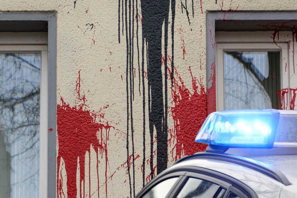 Nachdem es laut knallte, entdeckte der Sicherheitsdienst die Farbflecken am Gebäude. (Symbolbild)