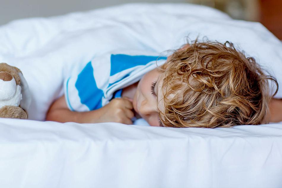 Weil ein dreijähriger Junge ins Bett machte, prügelte der Freund seiner Mutter ihn ins Koma (Symbolbild).