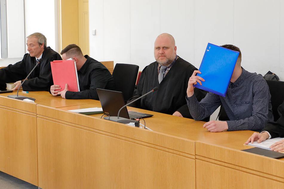 Prozess am Chemnitzer Landgericht: Dustin G. (21, l.) und Justin H. (20) sollen Drogen auf Kommissionsbasis verkauft haben.
