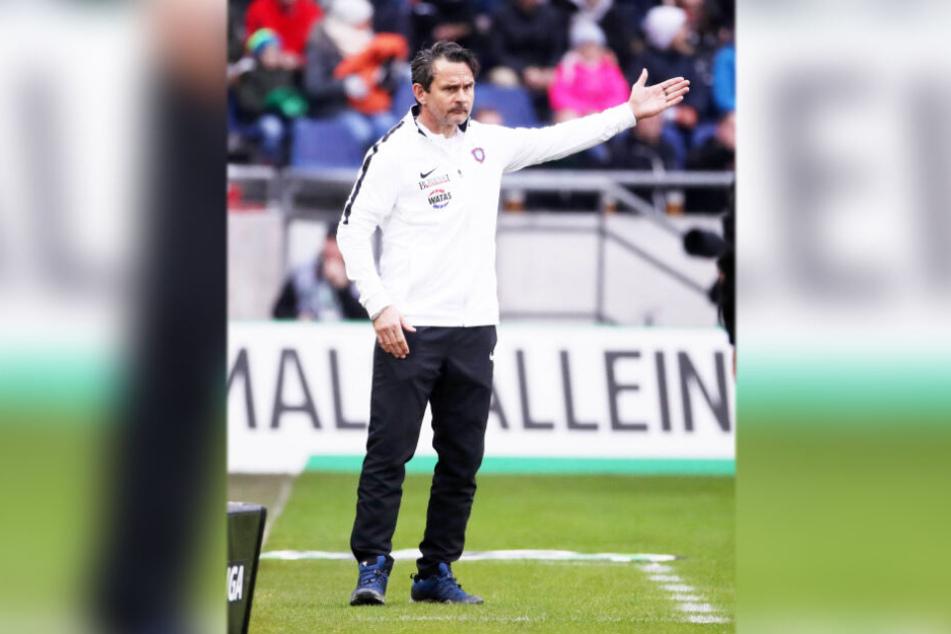 Aue-Coach Dirk Schuster ärgert sich über die 2:3-Niederlage gegen Hannover.