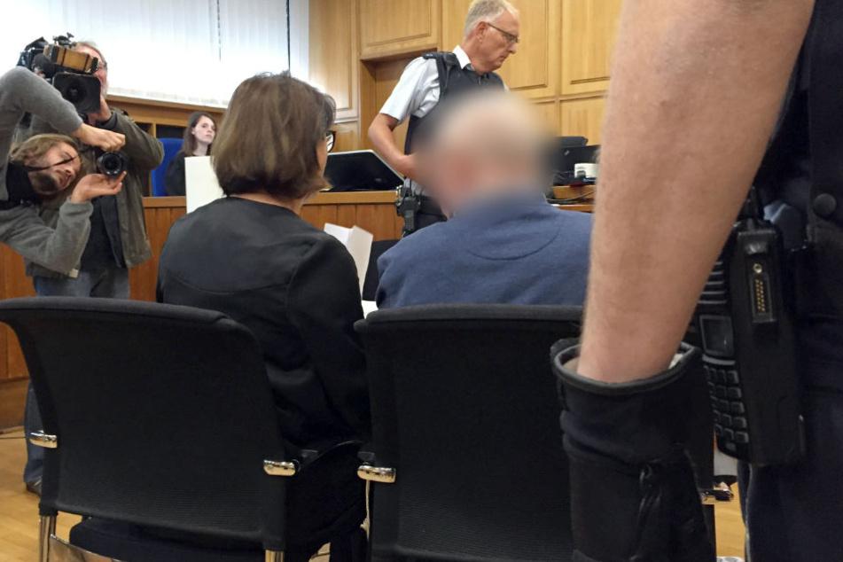 """70-jähriger Angeklagte bereut Tat und beteuert: """"Ich bin kein Rechtsrxtremist""""."""