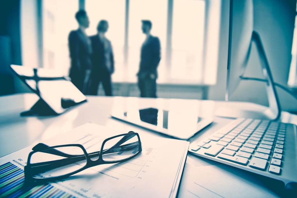 Ein Finanzberater kann bei der Planung der Altersvorsorge behilflich sein.