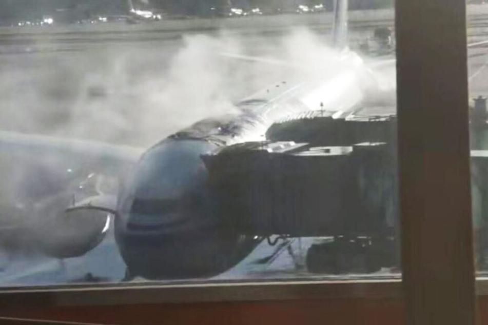 Passagiere, die mit dieser Maschine weiterfliegen wollten, mussten mit ansehen, wie es brennt.