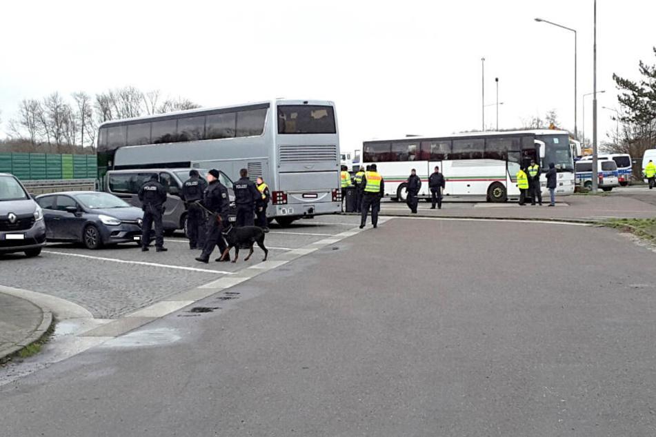Zahlreiche Busse und Autos wurden kontrolliert.
