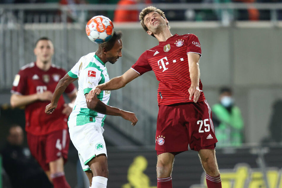 Luftschlacht: Bayerns Thomas Müller (r.) und Julian Green liefern sich ein Kopfball-Duell.
