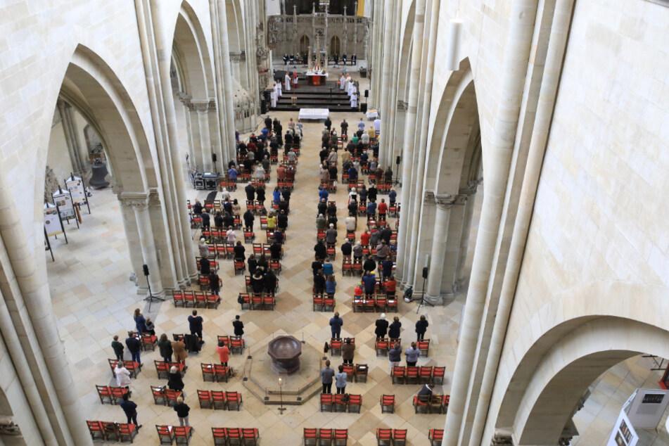 Magdeburg: Gläubige und Gäste sitzen im September mit Abstand im Festgottesdienst anlässlich von 500 Jahren Dombauvollendung im Dom St. Mauritius und Katharina zu Magdeburg.