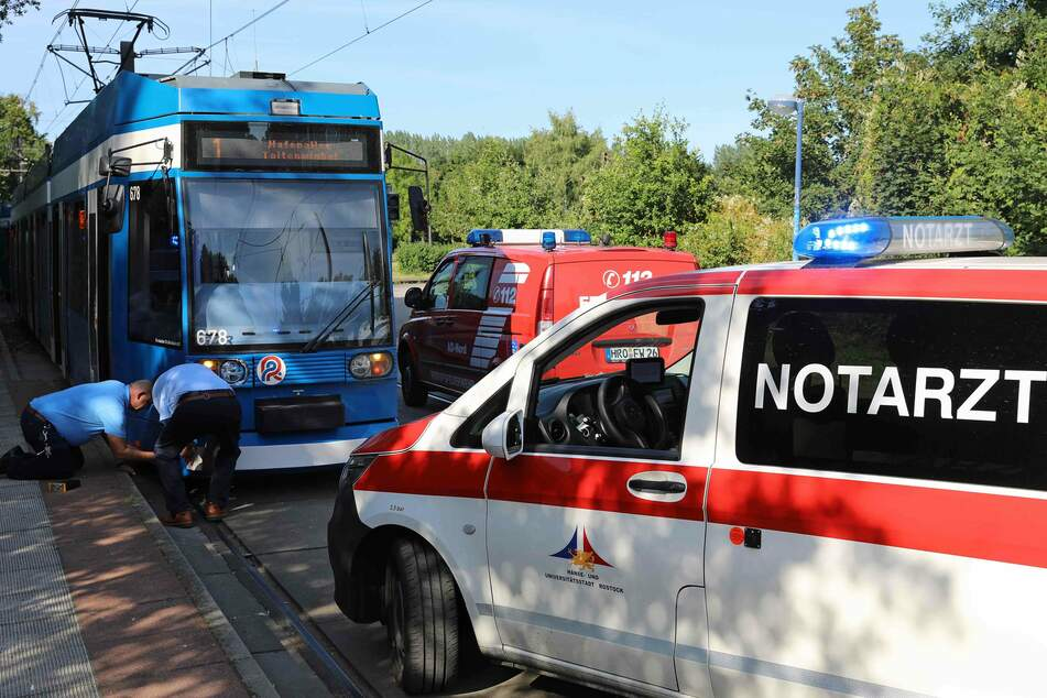 Beamte sichern die Unfallspuren an der Straßenbahn.