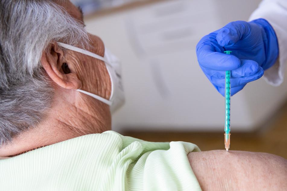 Eine Fachärztin für Allgemeinmedizin impft in ihrer Praxis eine Patientin gegen das Coronavirus.