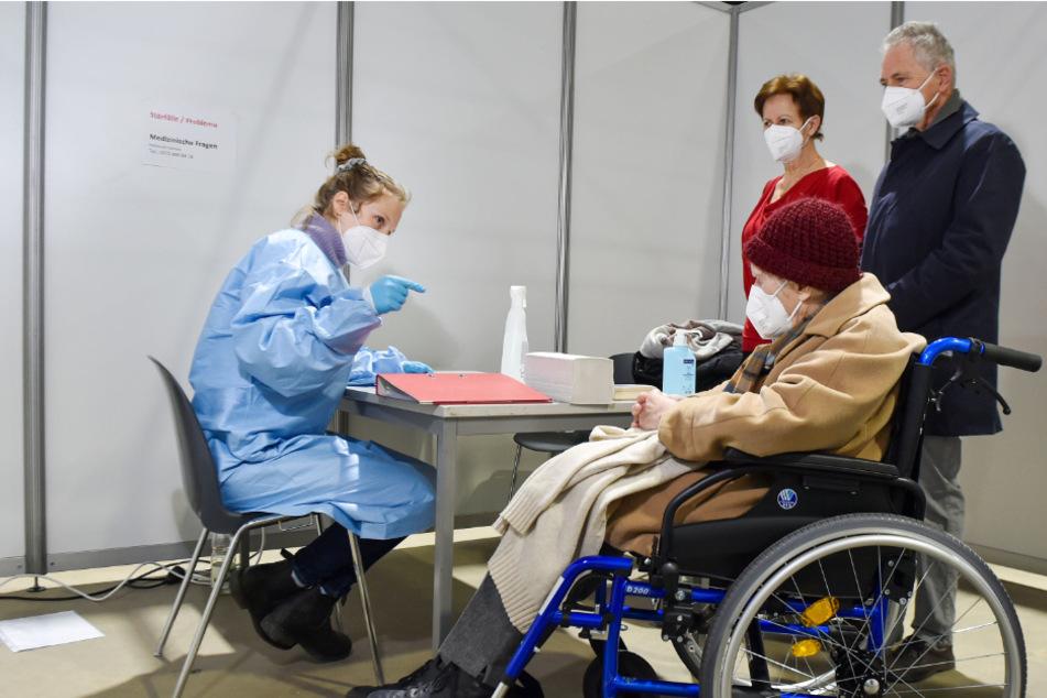 Vorbereitungsgespräch: Auch die 93-jährige Velizitas Diestel aus Dresden wurde am Montag in Riesa geimpft.