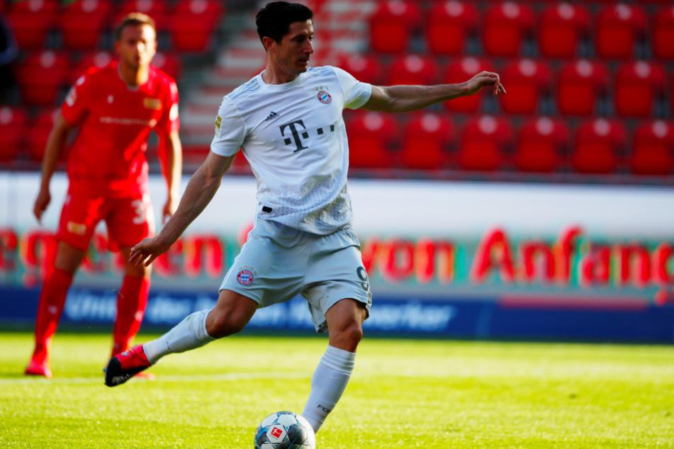 Robert Lewandowski schoss die Bayern vom Elfmeterpunkt mit 1:0 in Führung. Es war bereits sein 26. Liga-Saisontor und sein 40. Treffer in allen Wettbewerben in dieser Spielzeit.